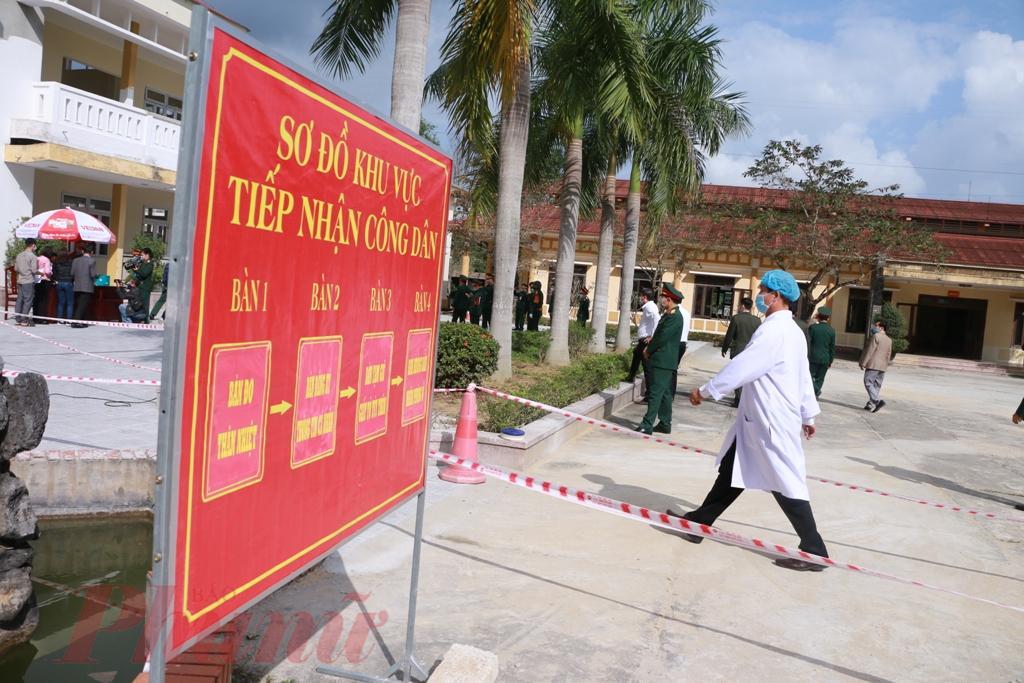 Theo sơ dồ của bản chỉ dẫn đặt sẵn trong khuôn viên Trường Quân sự tỉnh, công dân từ Trung Quốc trở về vào khu vực phòng ở