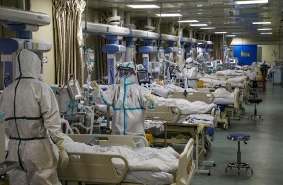 Nhân viên y tế trong bộ đồ bảo hộ chăm sóc các bệnh nhân nhiễm chủng coronavirus mới tại phòng chăm sóc đặc biệt (ICU) của một bệnh viện được chỉ định ở Vũ Hán, tỉnh Hồ Bắc hôm 6/2.