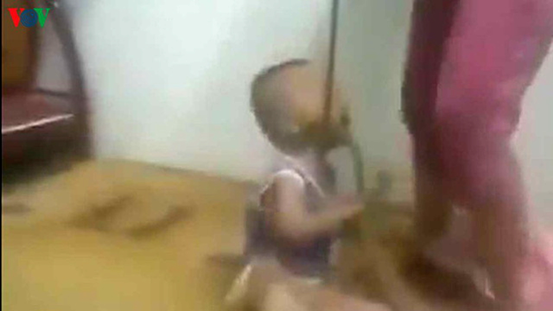 Hành vi đánh đập con tàn nhẫn của Nguyễn Thị Thanh Thúy, sinh năm 1989,  ngụ thị xã Tân Uyên, tỉnh Bình Dương (hình ảnh cắt từ clip)