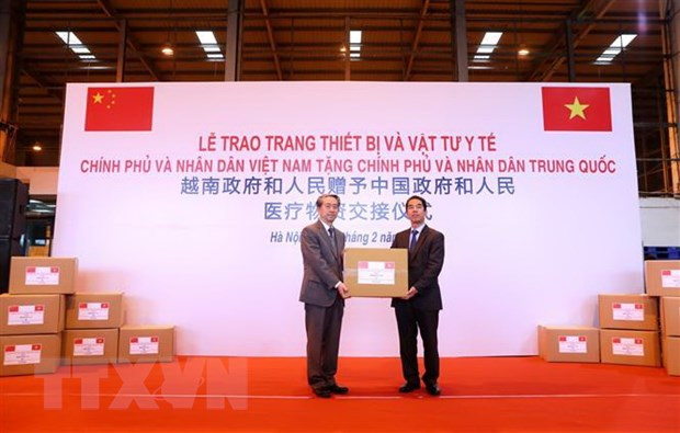 Lễ trao tặng vật tư y tế tại sân bay Nội Bài (Ảnh: TTXVN)
