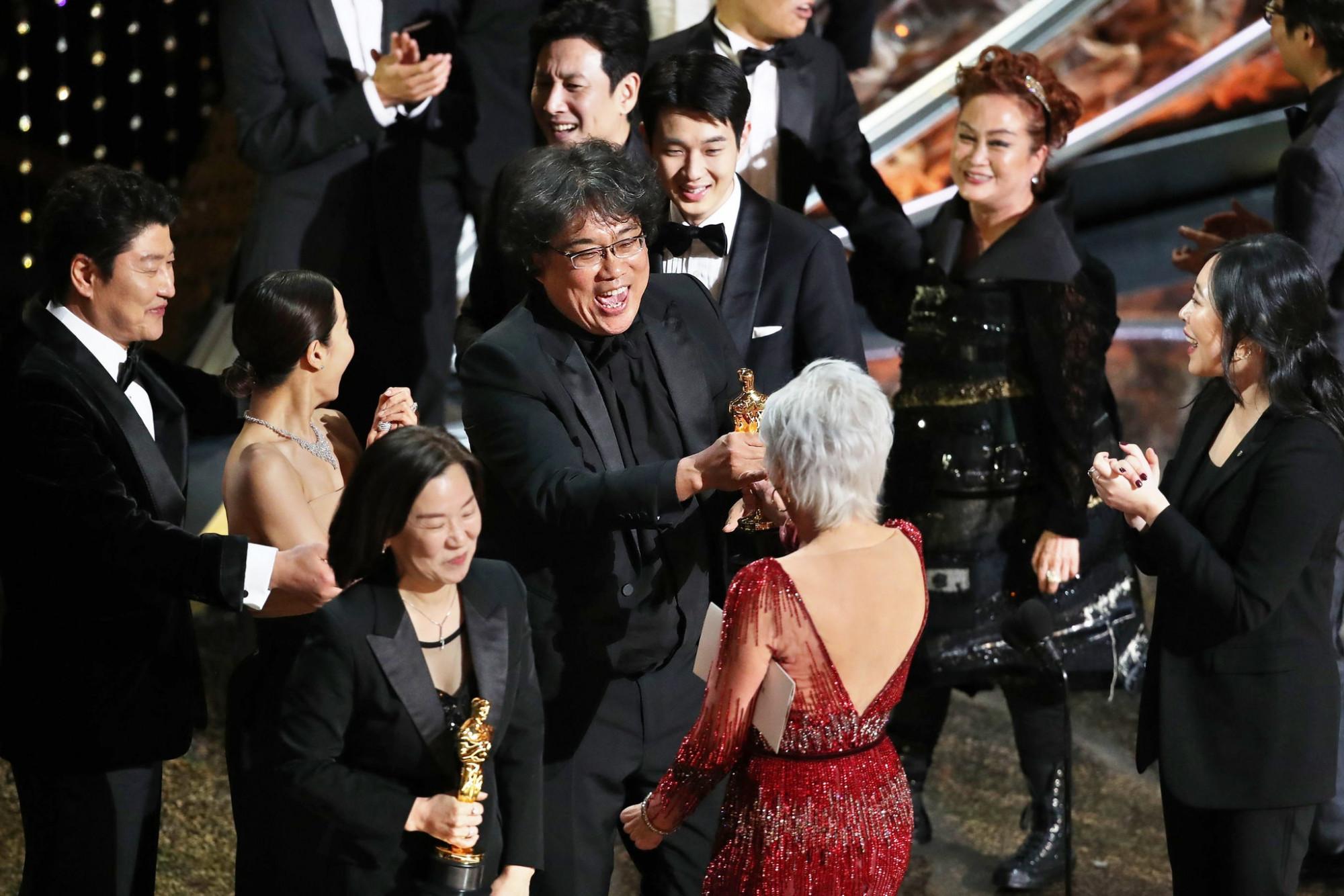 Đoàn phim Ký sinh trùng ăn mừng trên sân khấu Oscar 2020.