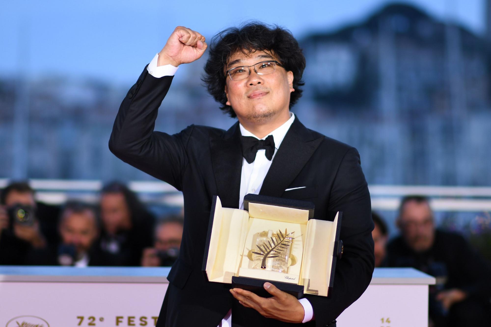 Đạo diễn Bong Joon-ho khoe chiến thắng tại LHP Cannes 2019.