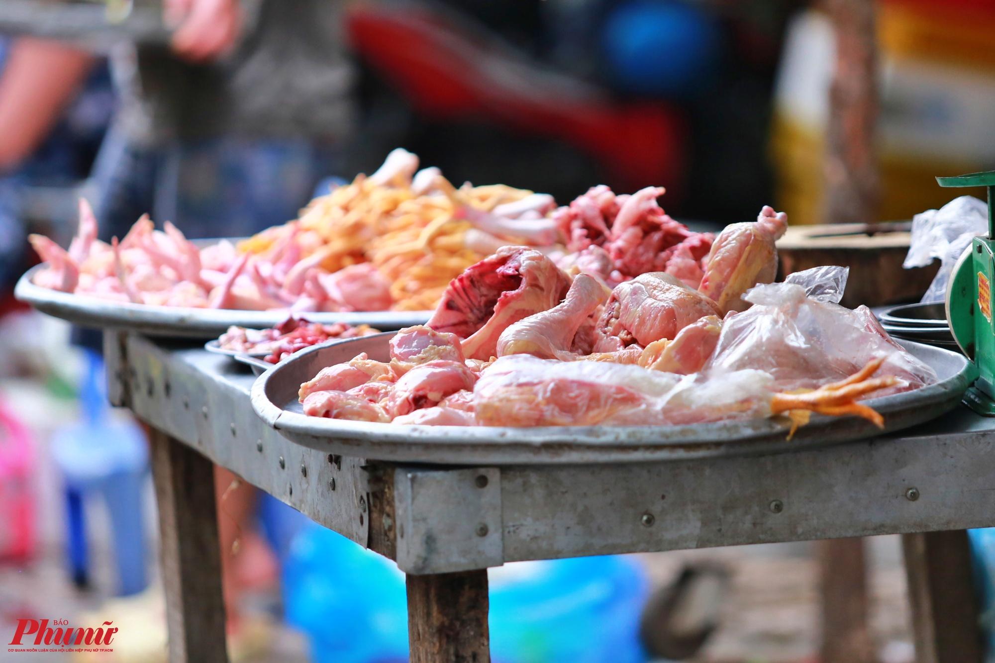 Trong khi đó, khu chợ trên đường Phạm Văn Bạch, phường 12, quận Gò Vấp gà làm sẵn cũng bày bán tại chỗ mà không che đậy, gây mất an toàn vệ sinh thực phẩm
