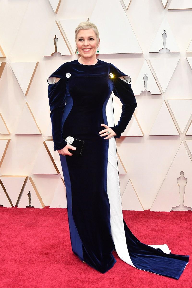 Olivia Colman hóa nữ hoàng trên thảm đỏ. Cô nổi bật với mái tóc ngắn nhuộm vàng cùng bô cánh hình giọt nước mix cùng áo choàng nhưng. Năm ngoái, Olivia đã chiến thắng hạng mục Nữ diễn viên chính xuất sắc nhất tại Oscar.