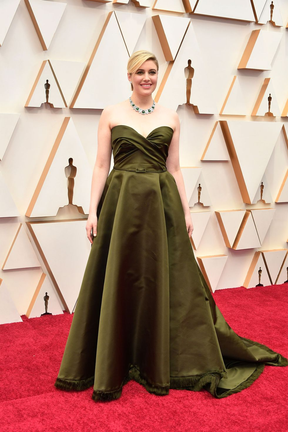 Greta Gerwig lộng lẫy trong chiếc váy Dior Haute Couture xanh ô liu lạ mắt.