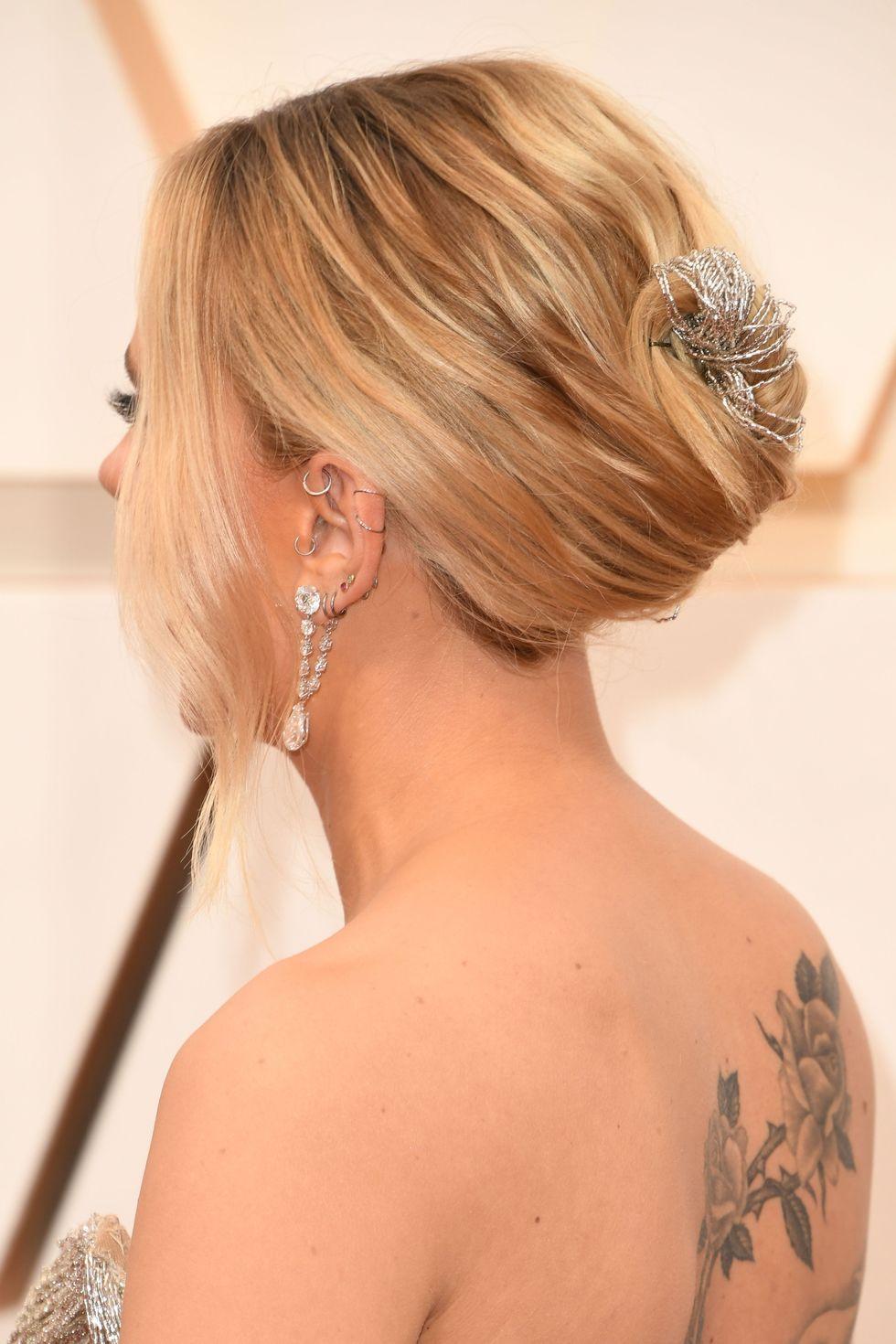 Scarlett Johansson cố định phần tóc bằng đinh, không quên sử dụng dây bạc quấn quanh tạo điểm nhấn,