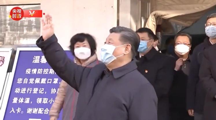Ông cũng vẫy tay chào những người dân quanh khu vực, vốn đang hạn chế ra ngoài vì dịch bệnh coronavirus.