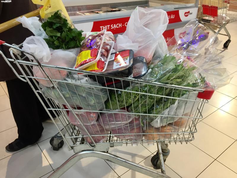 Lo lắng dịch bệnh, vợ tôi liên tục đi siêu thị mua thực phẩm tích trữ. Ảnh minh hoạ