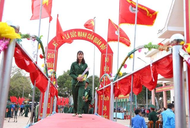 Em Hoàng Thị Sen trong ngày hội tòng quân