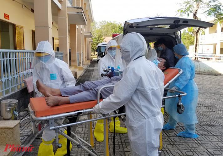 Trong buổi chính thức đưa vào hoạt động, nhân viên của bệnh viện cũng đã diễn tập tiếp nhận, cấp cứu người nhiễm nCoV.