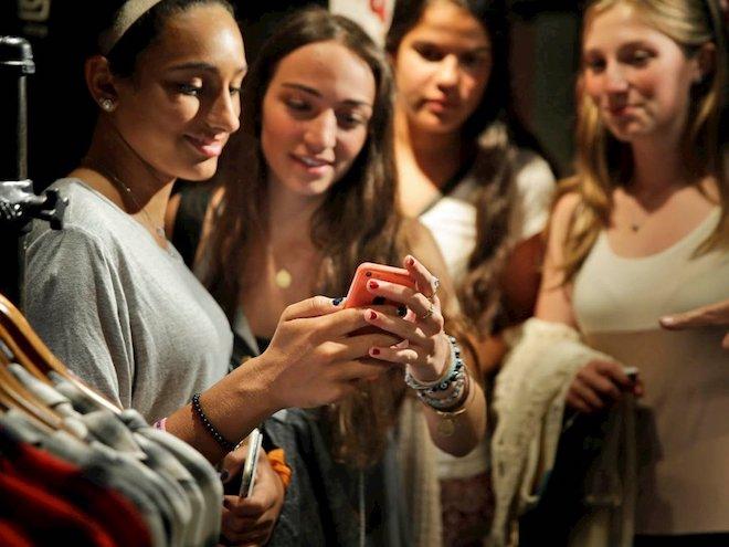 Cầm nắm, chuyền điện thoại cho nhau- cũng là một trong những cách dễ làm phát tán dịch bệnh