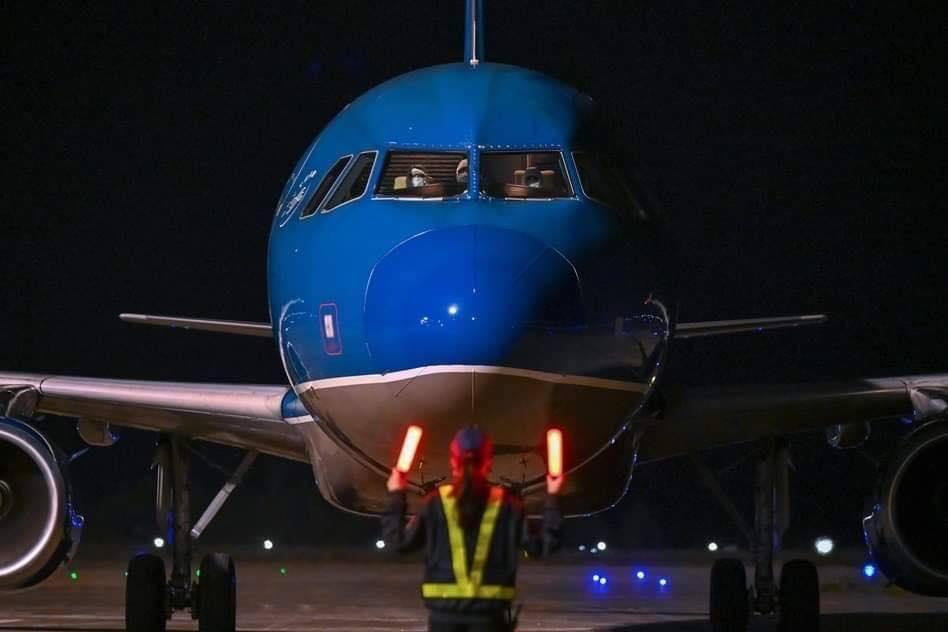 Chuyến bay mang số hiệu HVN68 đưa 30 công dân Việt Nam thoát khỏi tâm dịch, hạ cánh xuống sân bay Vân Đồn, đưa