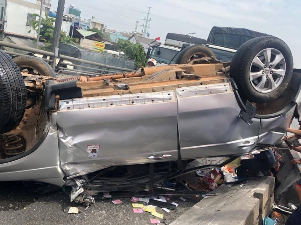 Ô tô 7 chỗ bị hư hỏng nặng