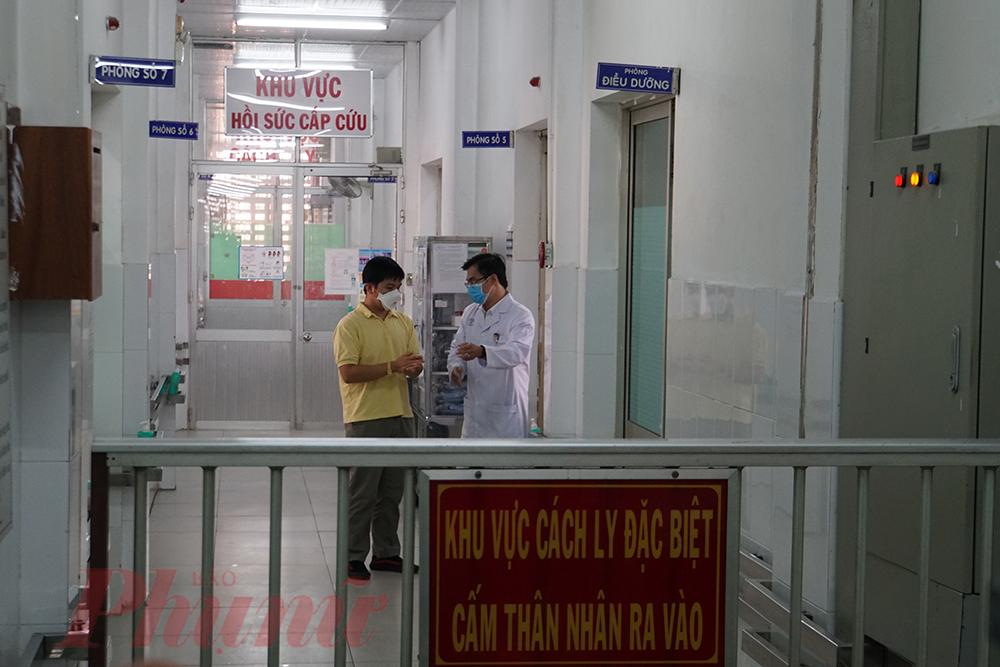 Chỉ có nhân viên y tế có nhiệm vụ chăm sóc, điều trị bệnh nhân mới được vào phòng áp lực âm.