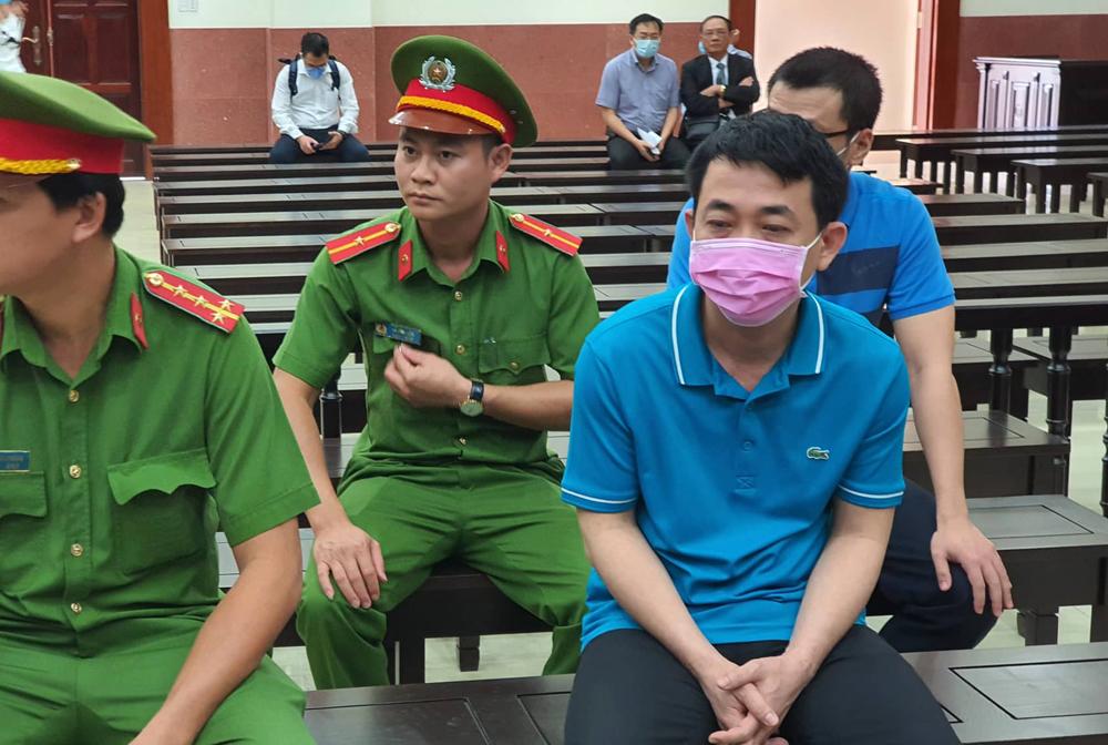 Bị cáo Nguyễn Minh Hùng với khẩu trang che mặt tại phiên tòa phúc thẩm bị hoãn sáng 10/2/2020