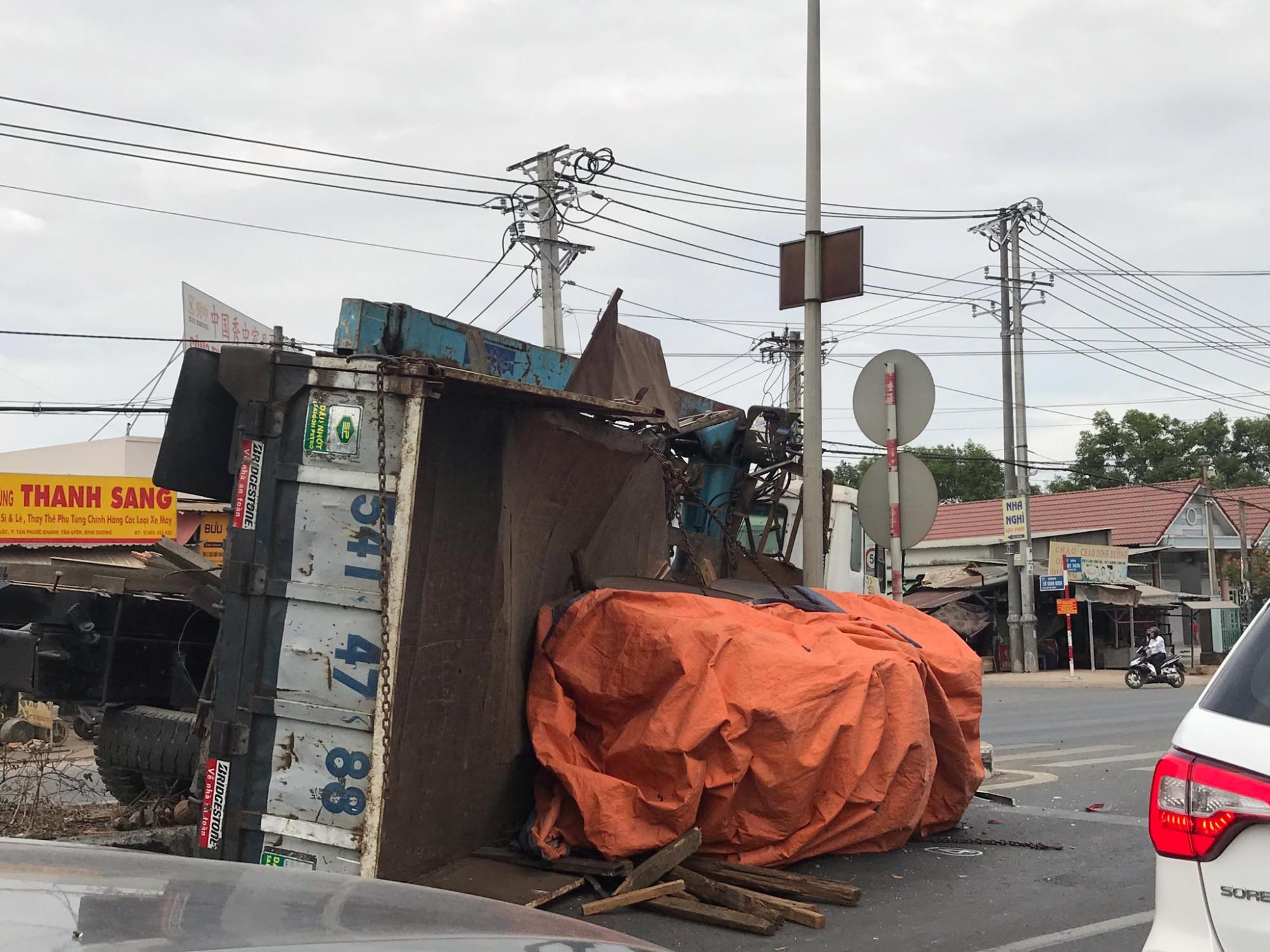 Hai cuộn tôn nặng hàng chục tấn rơi xuống đường