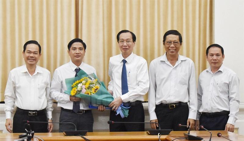 Phó Chủ tịch Thường trực UBND TPHCM Lê Thanh Liêm trao quyết định cho đồng chí Bùi Văn My