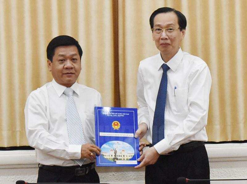 Phó chủ tịch Lê Thanh Liêm trao quyết định cho đồng chí Bùi Văn My