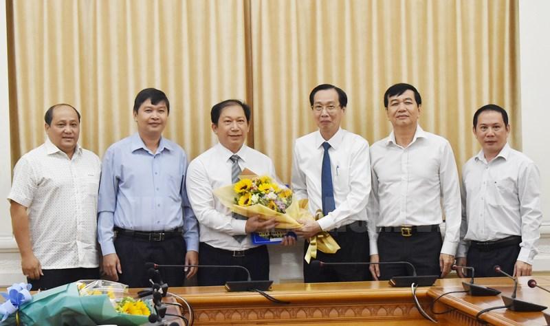 Phó chủ tịch Lê Thanh Liêm trao quyết định cho đồng chí Nguyễn Văn Minh