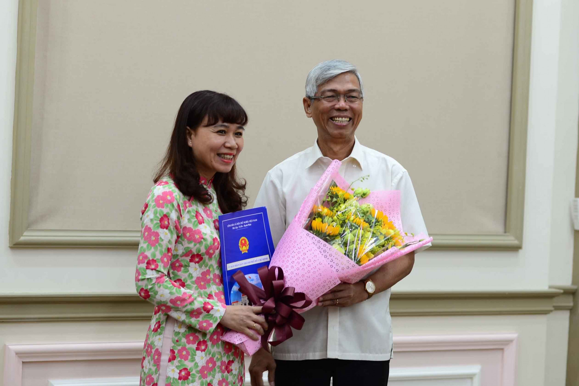 Phó chủ tịch UBND TP.HCM Võ Văn Hoan trao quyết định bổ nhiệm Phó chủ tịch UBND quận 2 cho bà Nguyễn Hồng Điệp. Ảnh: HV
