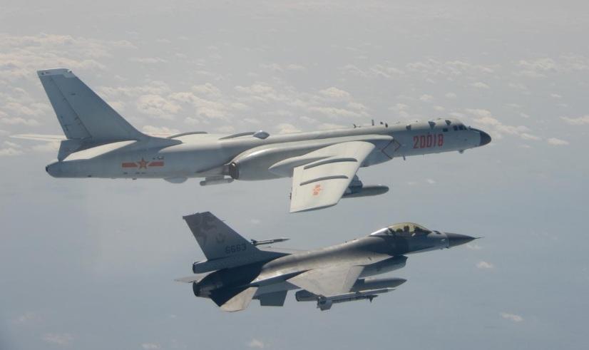 Một máy bay ném bom H-6 của Không quân Trung Quốc (trên) bay gần một chiếc F-16 của Đài Loan vào ngày 10/2.