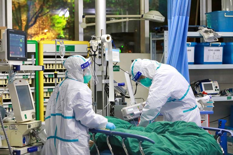 Các bác sĩ Trung Quốc ngày đêm làm việc để chăm sóc, điều trị cho bệnh nhân bị nhiễm virus chủng mới ncoV