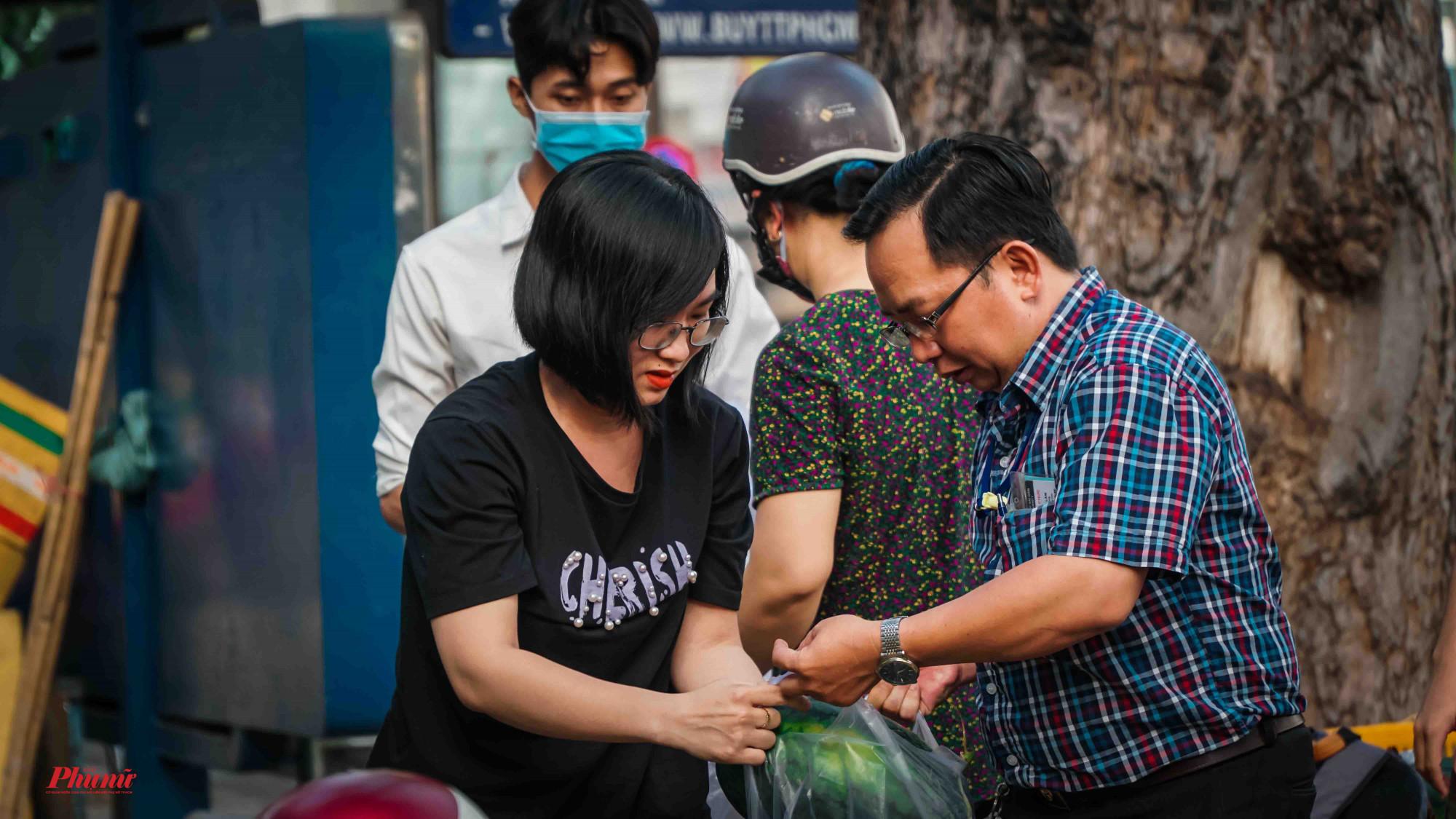 Nhiều bạn trẻ chung tay hỗ trợ người dân lấy dưa