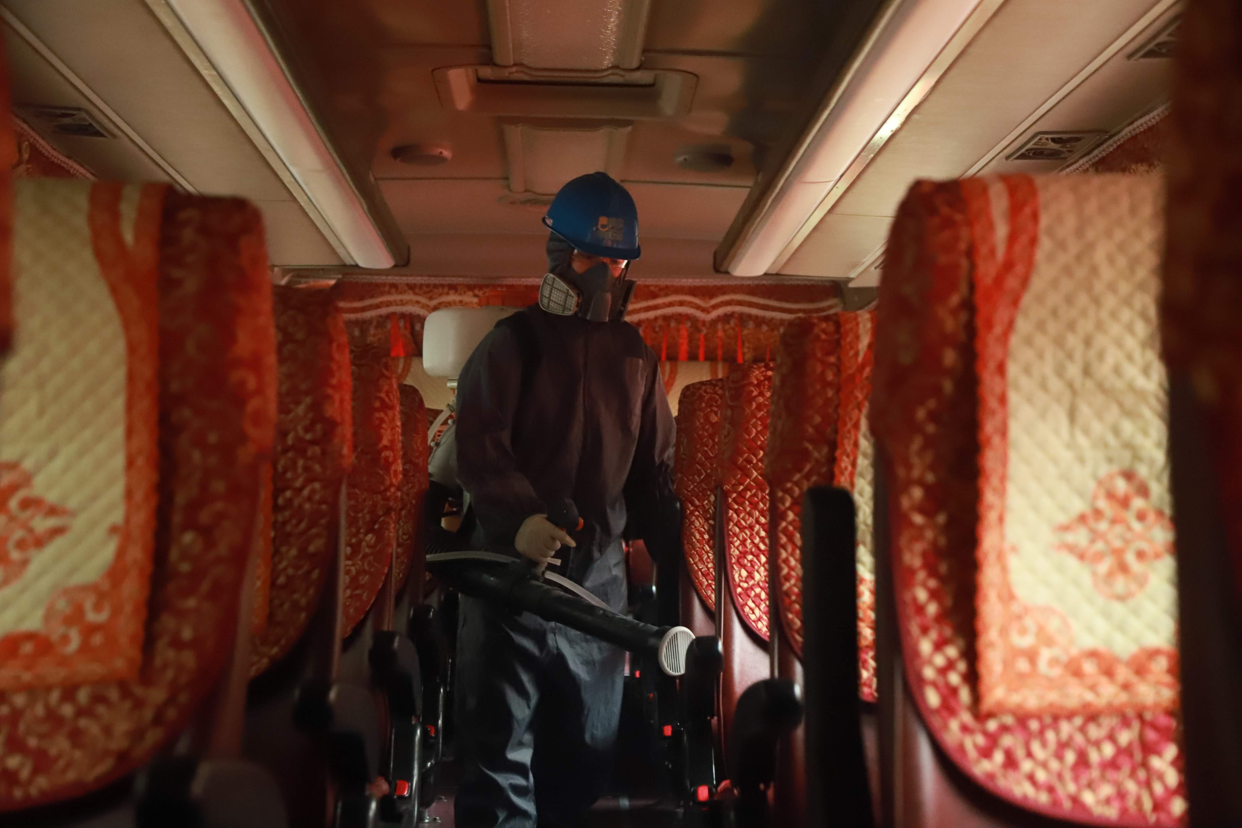 Việc phun khử trùng được tiến hành cả ở bên trong xe.