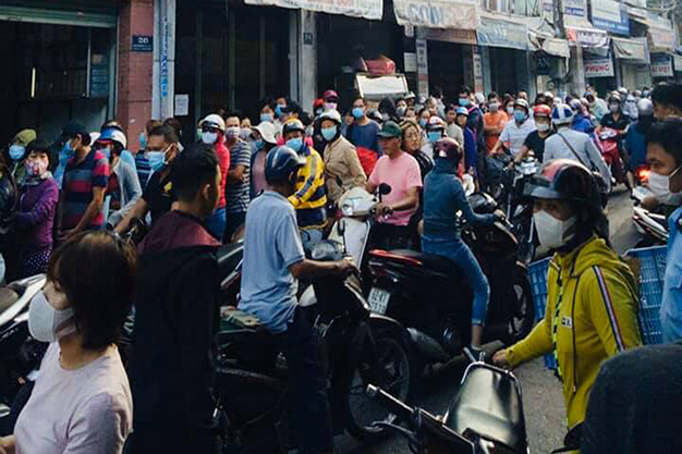 Cảnh xếp hàng chờ mua khẩu trang trên đường Tô Hiến Thành, TP. Hồ Chí Minh.