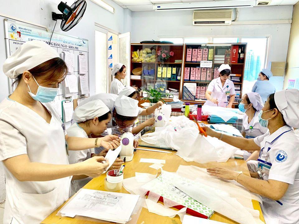 May khẩu trang tại khoa Phụ, Bệnh viện Từ Dũ