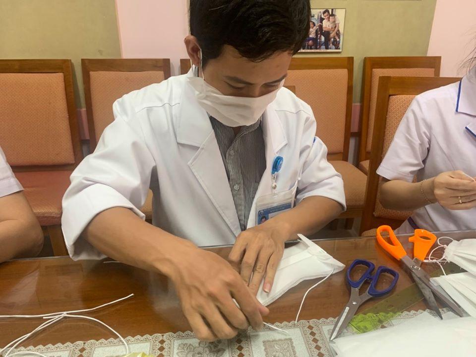 Bác sĩ nam cạnh tranh độ khéo tay với chị em trong may khẩu trang