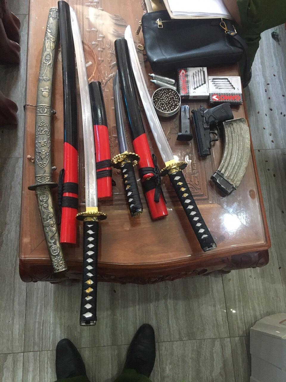 Vũ khí thu giữ tại nhà đối tượng