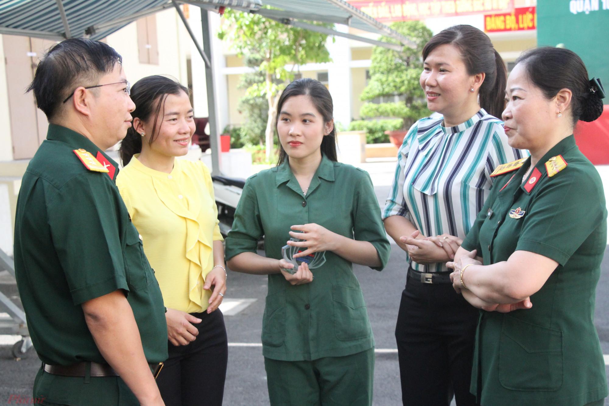 Nữ tân binh Nguyễn Thị Lan Hương (giữa) rạng ngời trong màu áo tân binh.