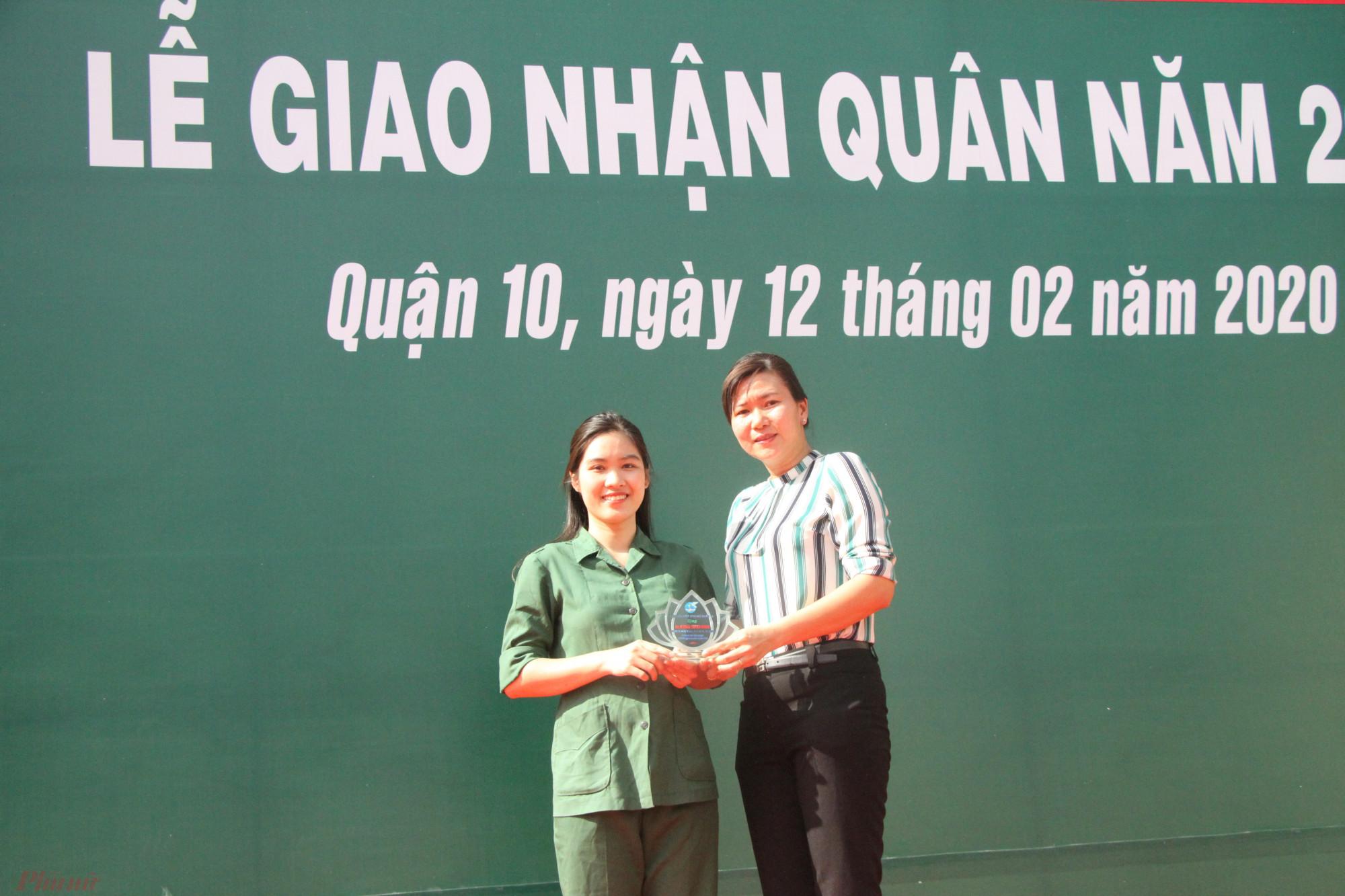 Bà Lê Thị Thu Hồng, Chủ tịch Hội LHPN quận 10, tặng quà chúc mừng nữ tân binh Nguyễn Thị Lan Hương.