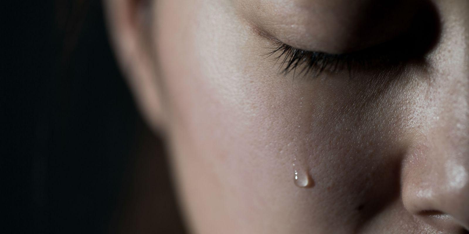 Người ta nghĩ chị khóc vì hạnh phúc, còn chị biết mình đang khóc cho những nỗi đau . (Ảnh minh hoạ)