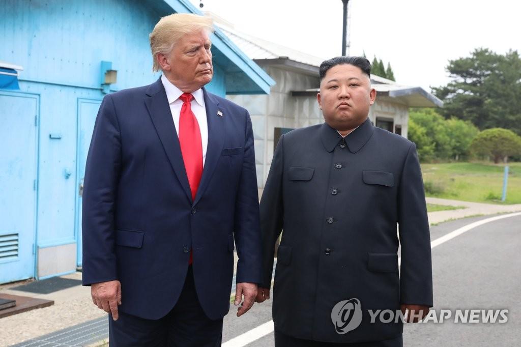 Ông Trump và ông Kim trong cuộc gặp lần ba tại Khu phi quân sự ở biên giới liên Triều. Ảnh: Yonhap