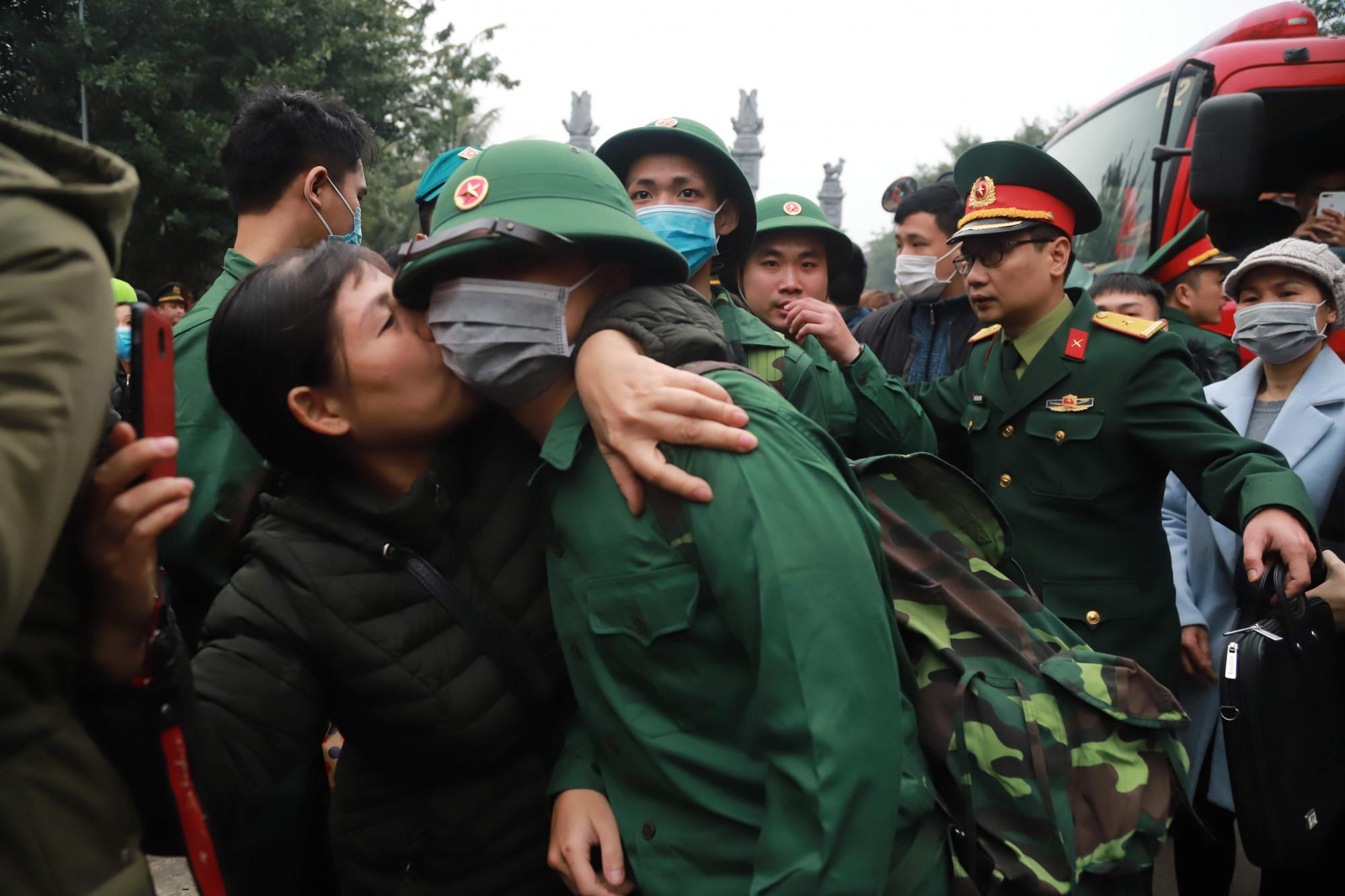 Phút chia tay đầy xúc động của người thân với những tân binh.