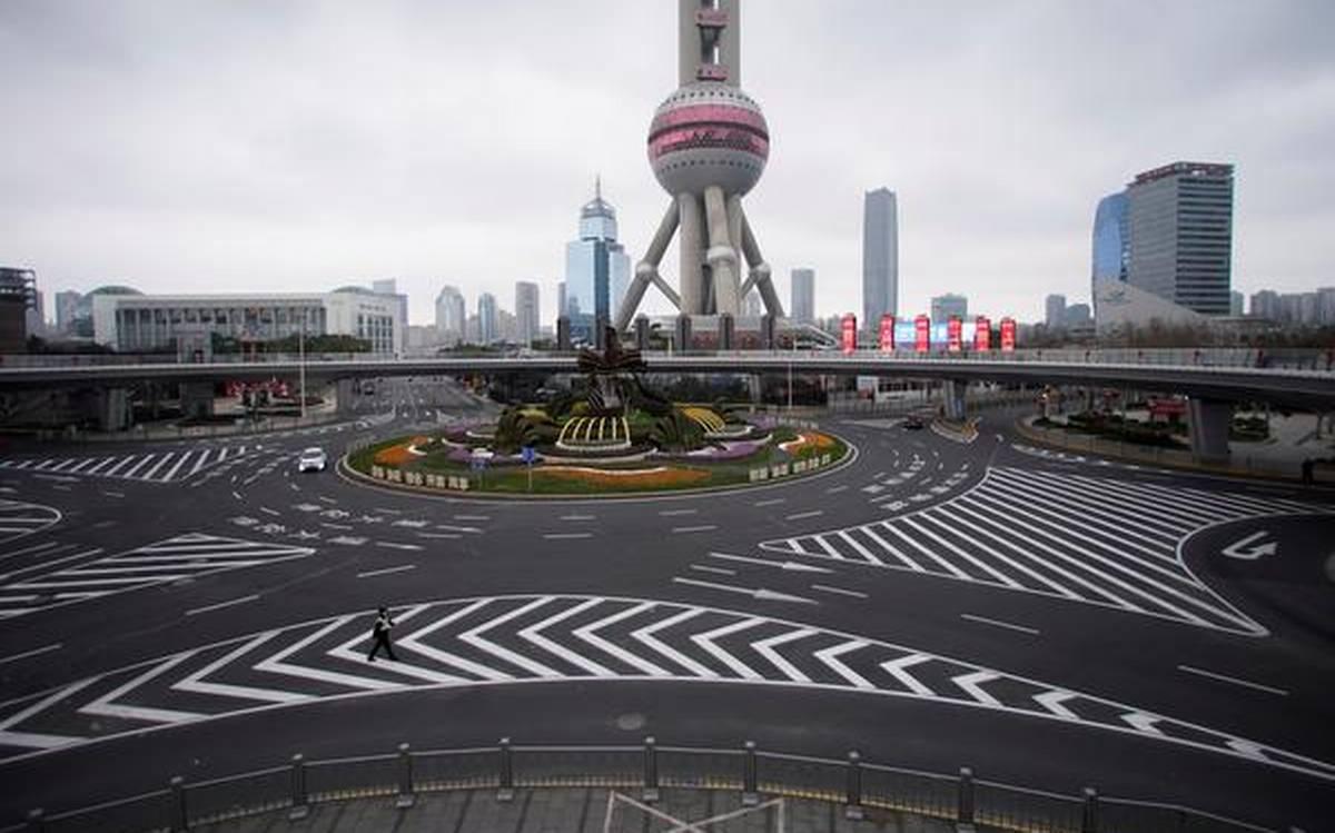 Thành phố Thượng Hải vắng vẻ vì nỗi lo sợ virus lây lan.