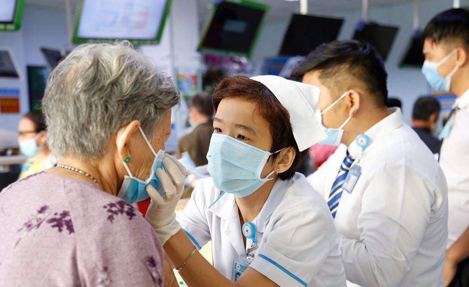 Bệnh viện quận Thủ Đức phát khẩu trang y tế miễn phí cho bệnh nhân