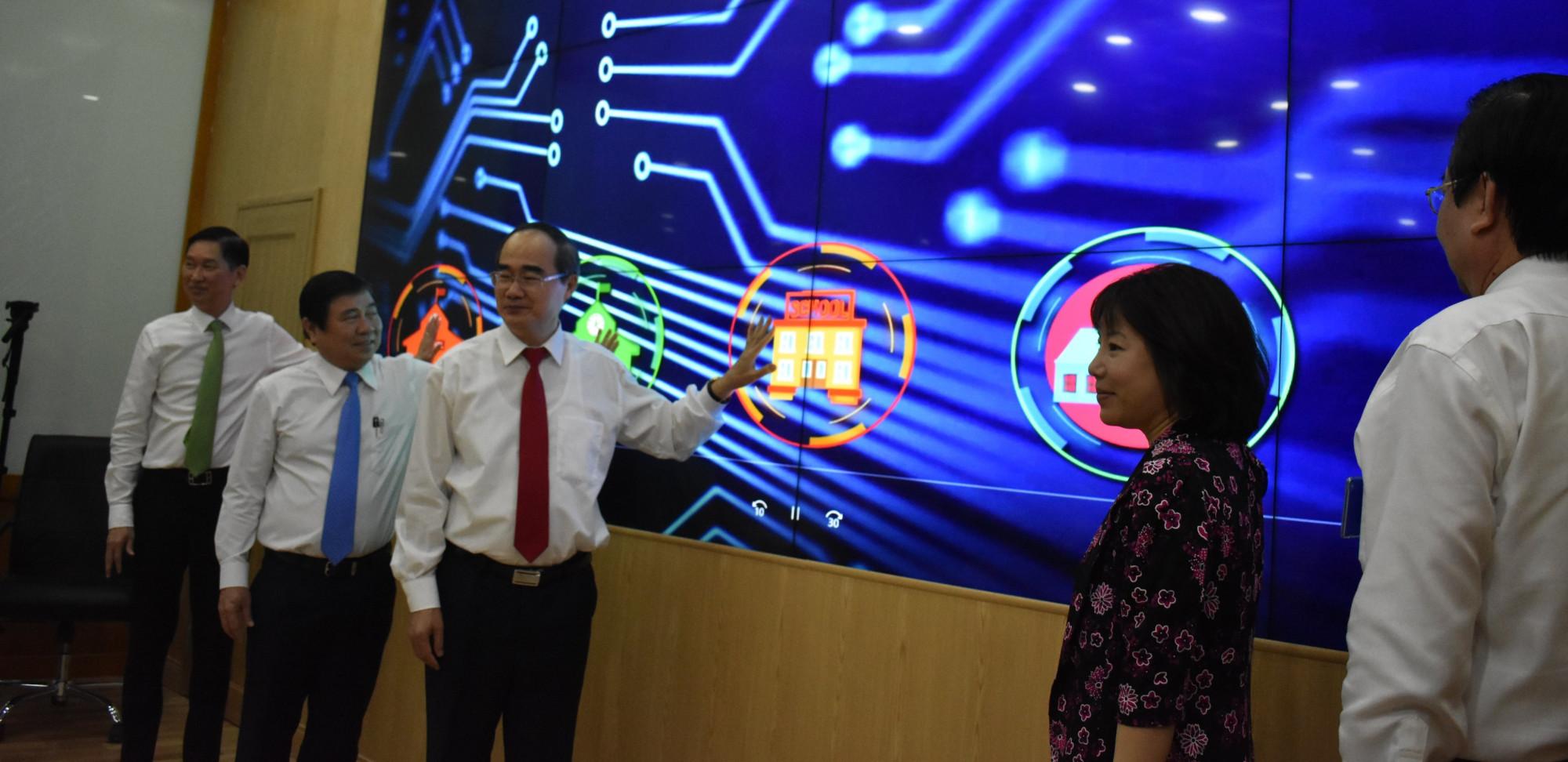 Lãnh đạo thành phố tham gia bấm nút triển khai mô hình thí điểm trung tâm điều hành giáo dục thông minh