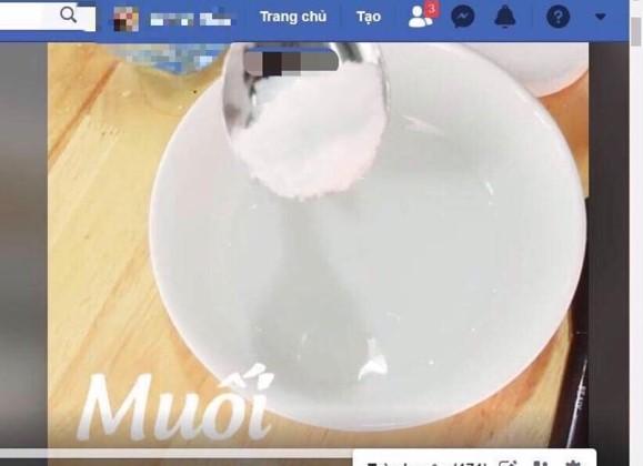 Trên mạng có cả clip hướng dẫn tỉ mỉ cách làm khẩu trang muối