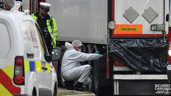 Các nạn nhân được phát hiện đã chết trong container lạnh một xe đầu kéo ở hạt Essex, phía đông London, ngày 23/10/2019 - Ảnh: AFP