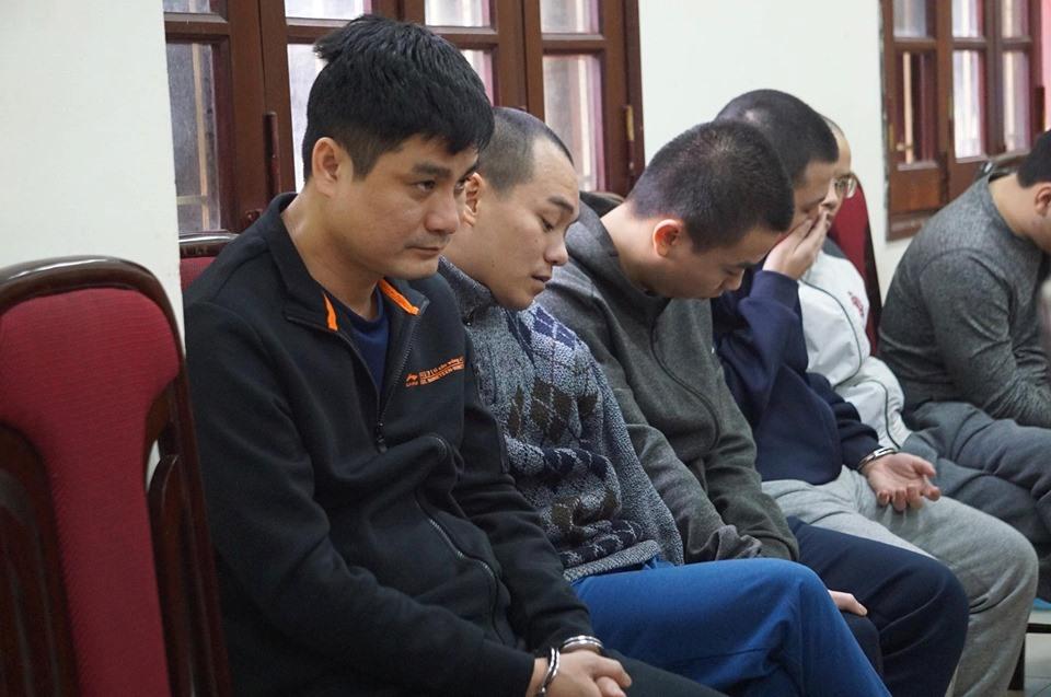 Phí Văn Huấn (ngoài cùng bên trái) - kẻ cầm đầu đường dây đánh bạc.