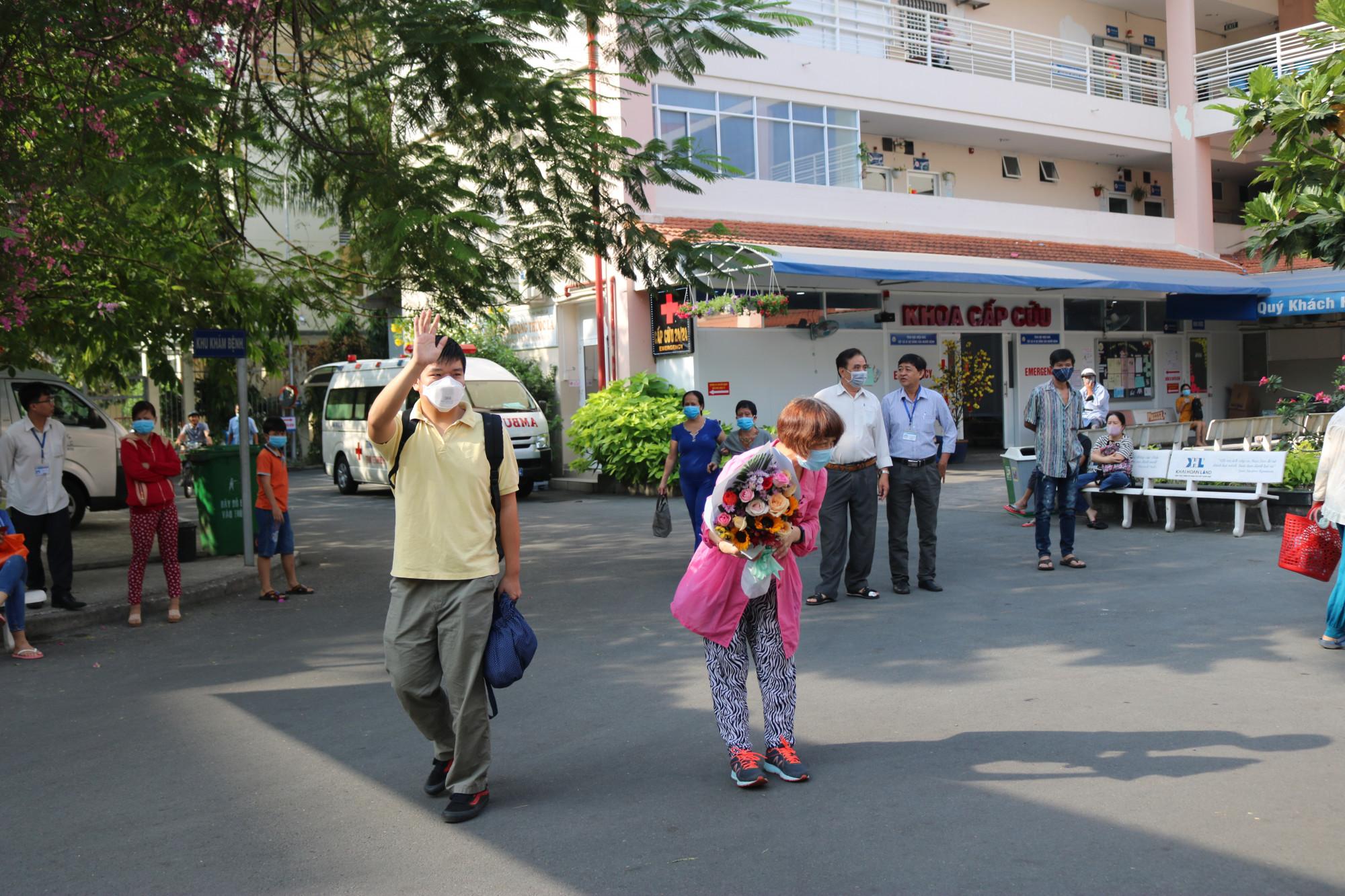 Hai mẹ con anh Li Zichao cùng nhau xuất viện ở Bệnh viện Quận 11