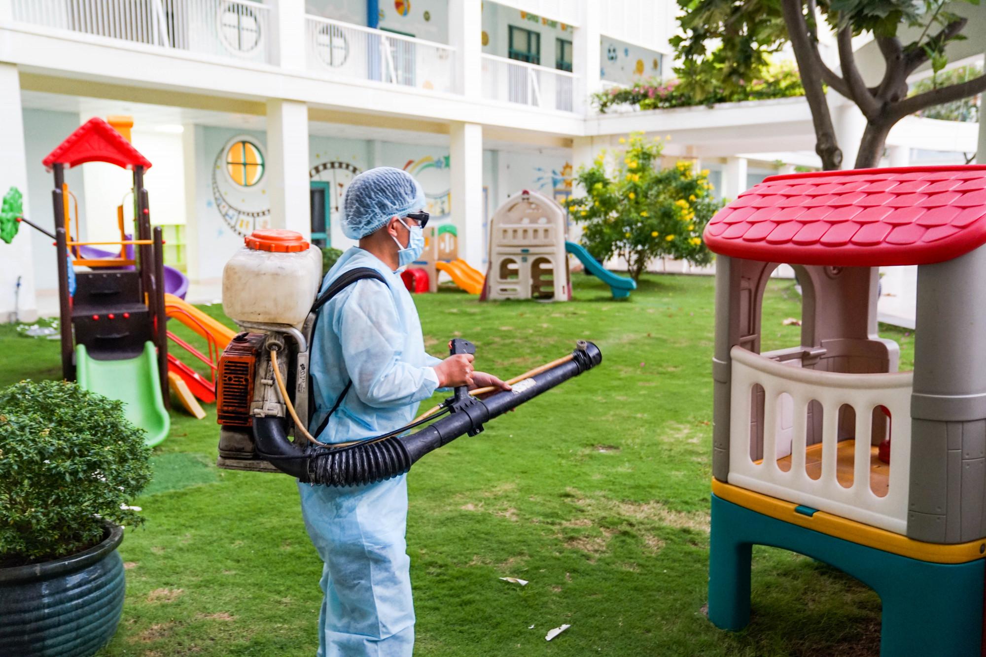 Các trường tại TP.HCM đã chuẩn bị kỹ việc sát trùng, khử khuẩn trường lớp - Ảnh: Thanh Thanh