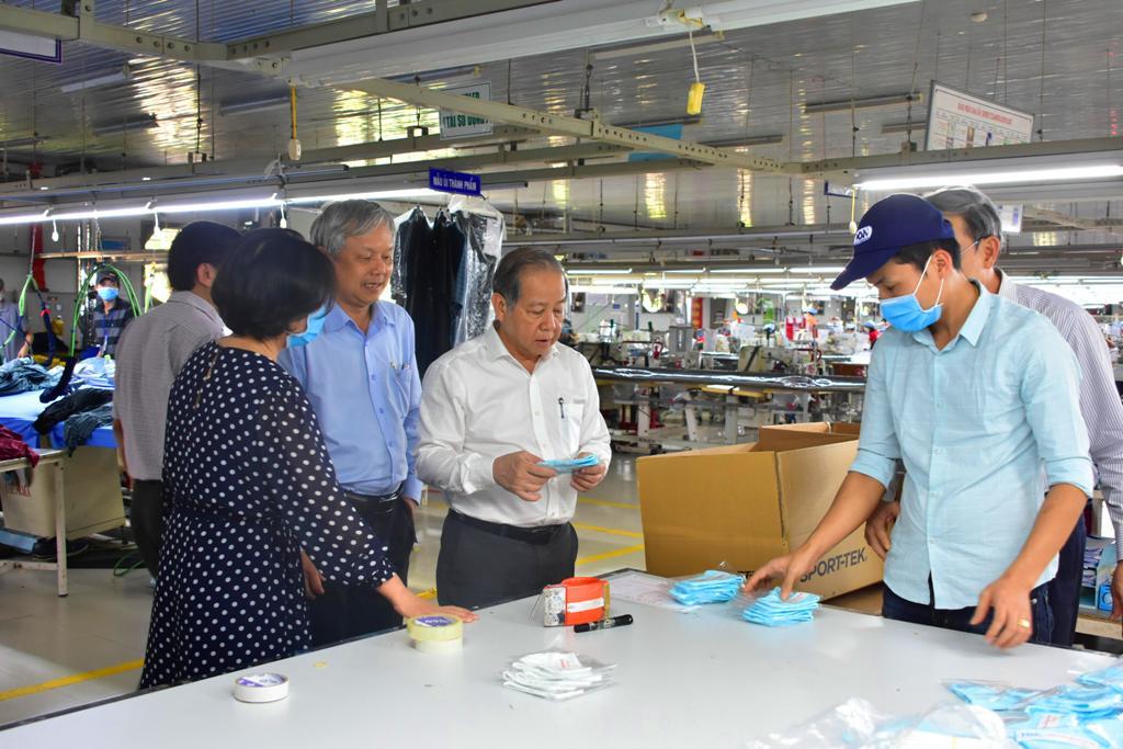 Ông Phan Ngọc Thọ - Chủ tịch UBND tỉnh Thừa Thiên - Huế kiểm tra tiến độ may khẩu trang chống khuẩn