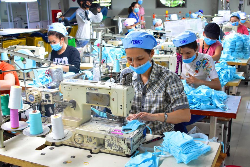 290.000 khẩu trang vải kháng khuẩn cho học sinh  đang được Công ty Cổ phần Dệt may Huế  gấp rút hoàn thành để cấp học cho giáo viên, học sinh