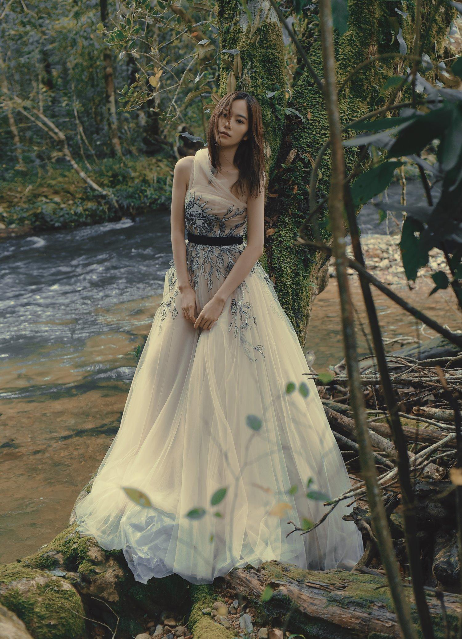 Rũ bỏ hình ảnh cá tính, Nam Em khiến khán giả bất ngờ khi hóa thành tiên nữ giáng trần hòa mình giữa thiên nhiên. Những chiếc váy dài bồng bềnh giúp cô trở nên xinh đẹp và quyến rũ hơn.