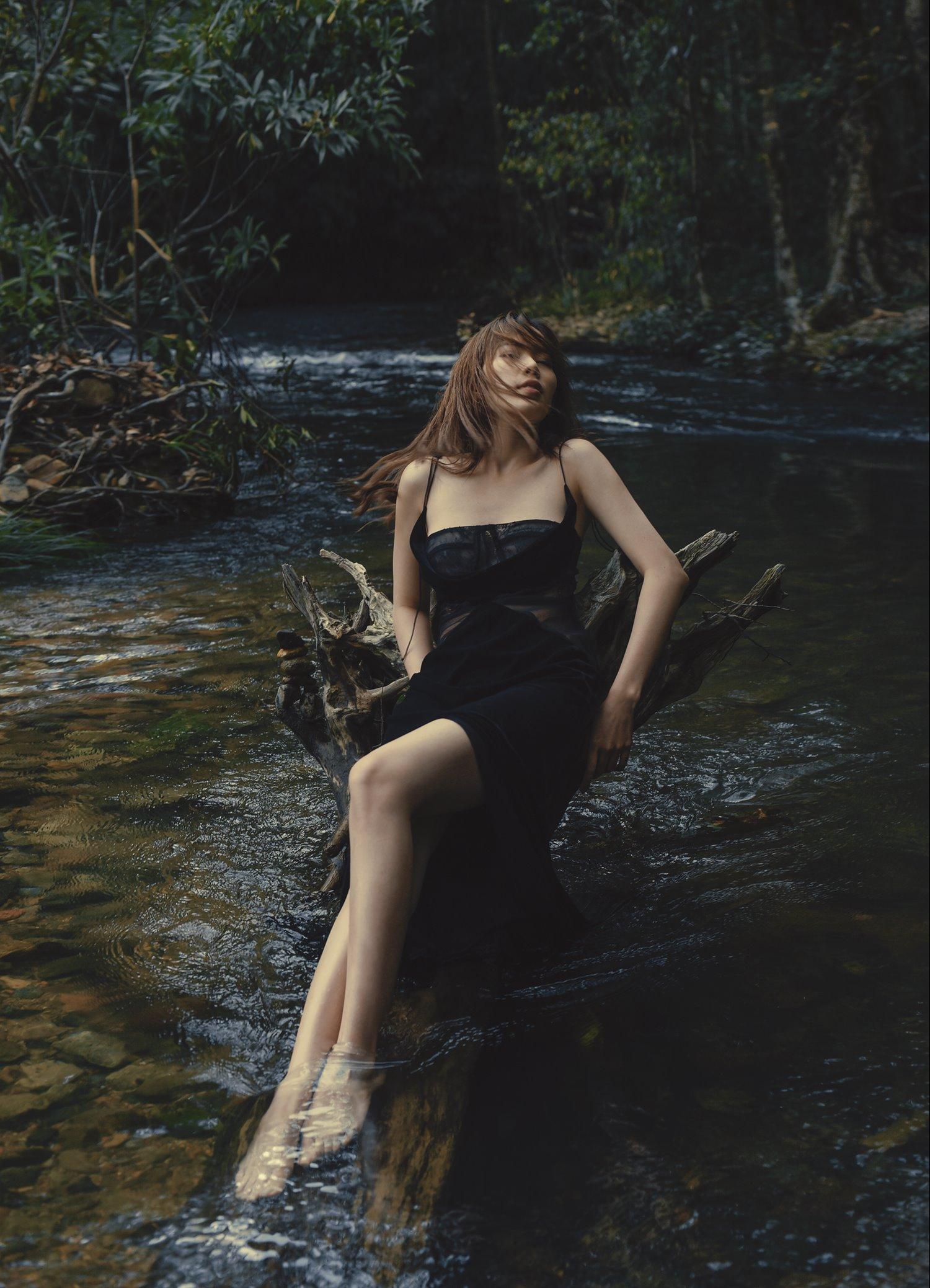 Lựa chọn khung cảnh rừng hoang sơ, nữ ca sĩ không ngại đắm mình giữa dòng suối, tựa vào vách núi hay những ngọn đồi ngập tràn sắc xanh tạo nên những khoảnh khắc lạ lẫm.