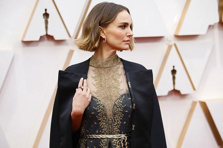 Bộ váy thêu tay bằng chỉ vàng tên của các nữ đạo diễn bị Oscar 2020 ngó lơ của